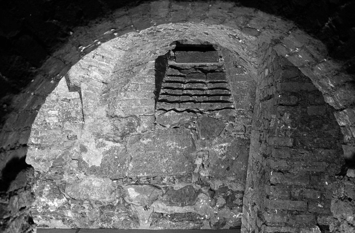 Östra väggen i sydöstra valvet i Biskopskökets källare på Biskops-Arnö, Övergrans socken, Uppland