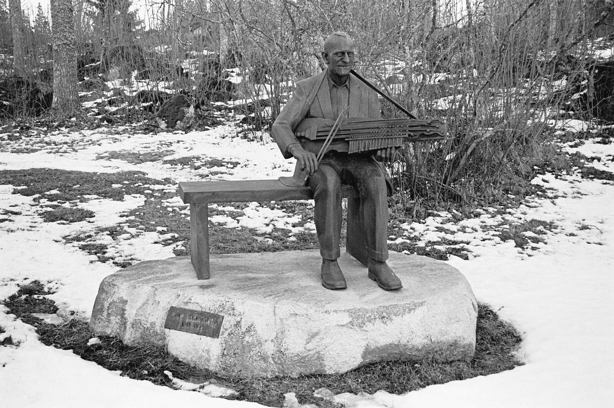 Skulptur föreställande instrumentbyggaren och spelmannen Eric Sahlström, Tegelsmora, Uppland 2000