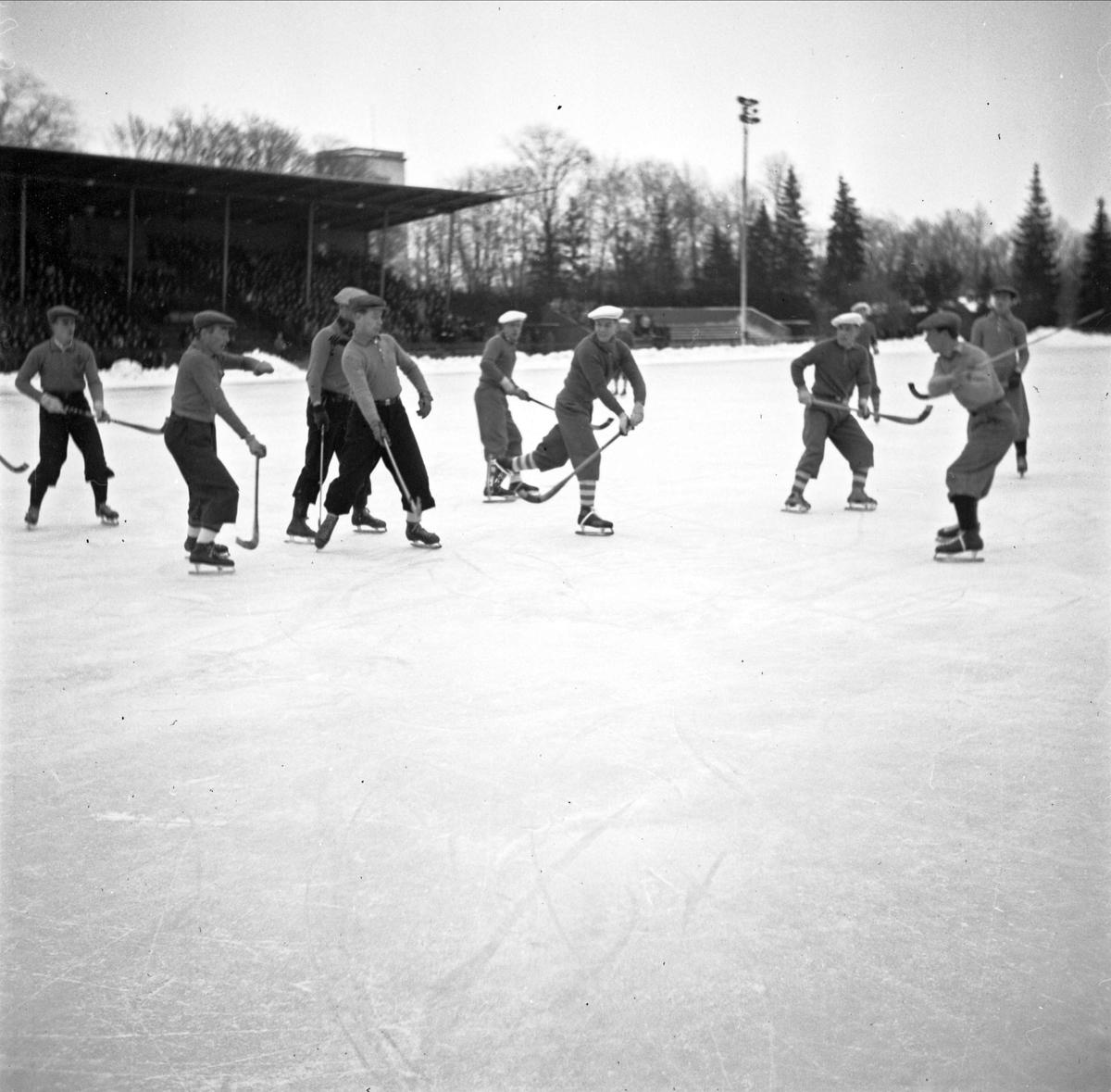 Bandy - IFK Uppsala mot Nässjö IF på Studenternas Idrottsplats, Uppsala januari 1946