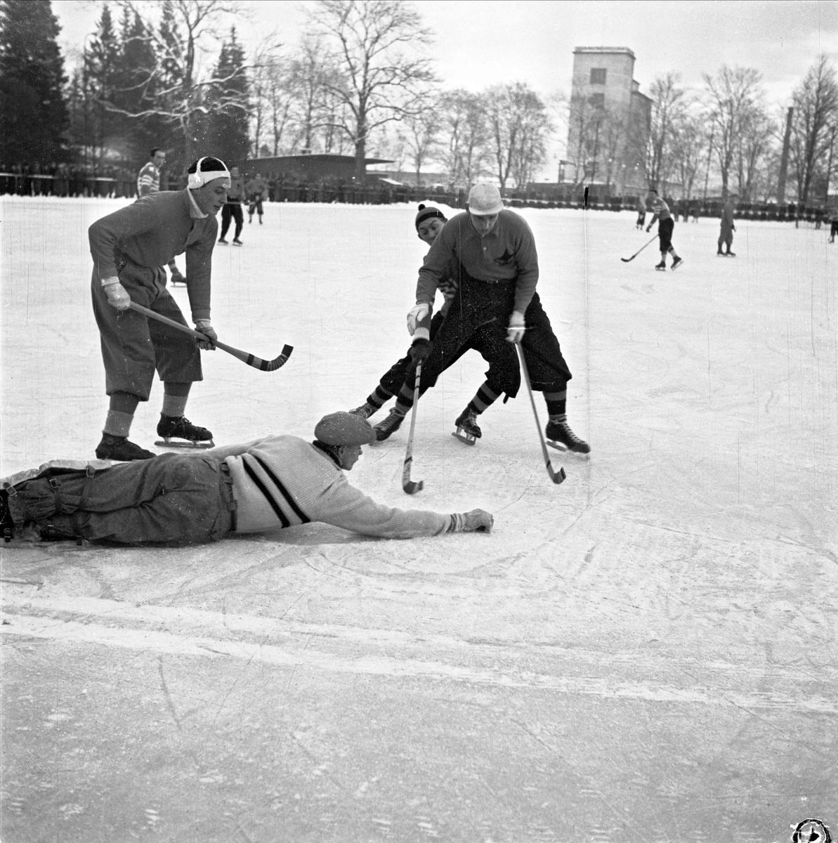 Bandy - IFK Uppsala och Brobergs IF på Studenternas drottsplats, Uppsala december 1947