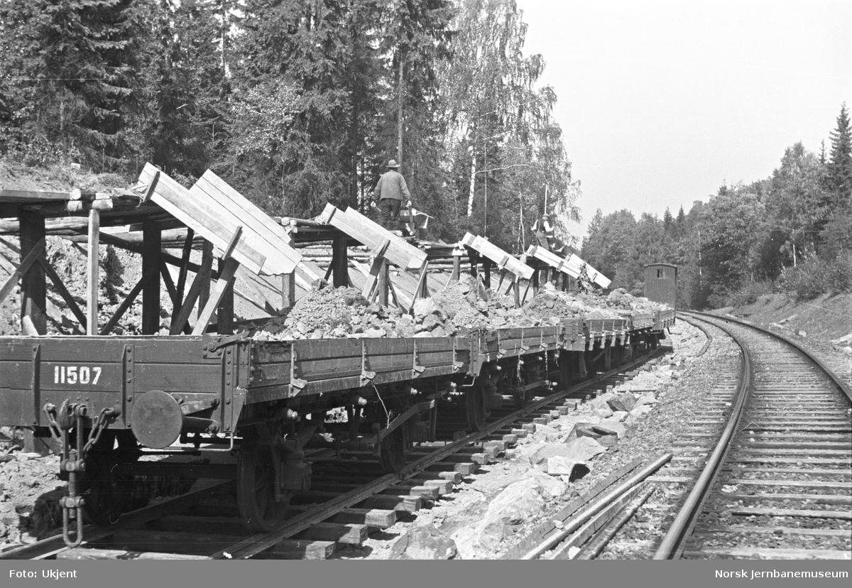 Opplasting av grusvogner, trolig på Østfoldbanen