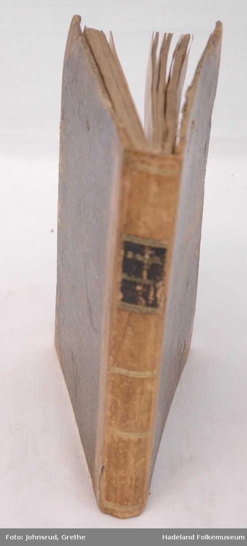 Mangler tittelblad og arkene til og med side 30. Illustrasjoner. Skinnryggen preget