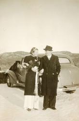 Brudeparet Ingrid og Sverre Røynesdal på nyttårskvelden utenfor Grindheim kirke.