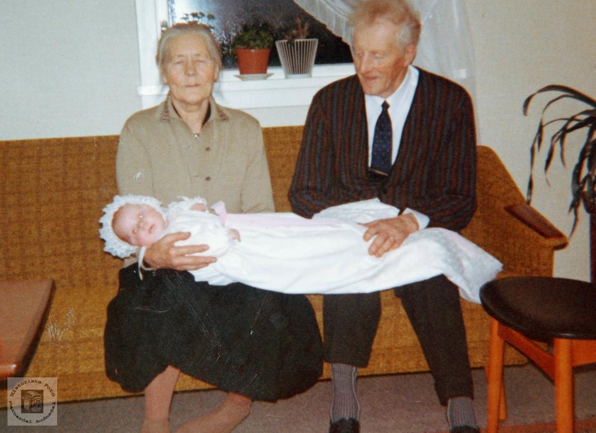 Mormor og farfar med den døpte Synnøve Flottorp, Grindheim.
