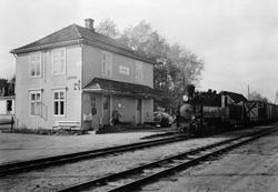 Tog i retning Skulerud ankommer Lierfoss stasjon.