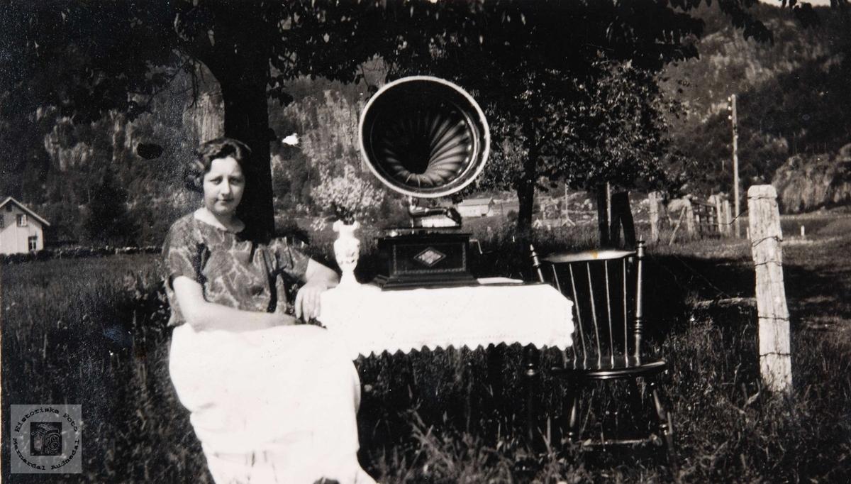 Med gramofon i hagen, Ytre Øydna i Grindheim.