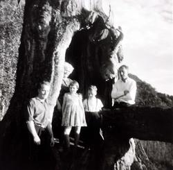 Personer fra Sveindal på tur til Grendi i Bygland, her i et