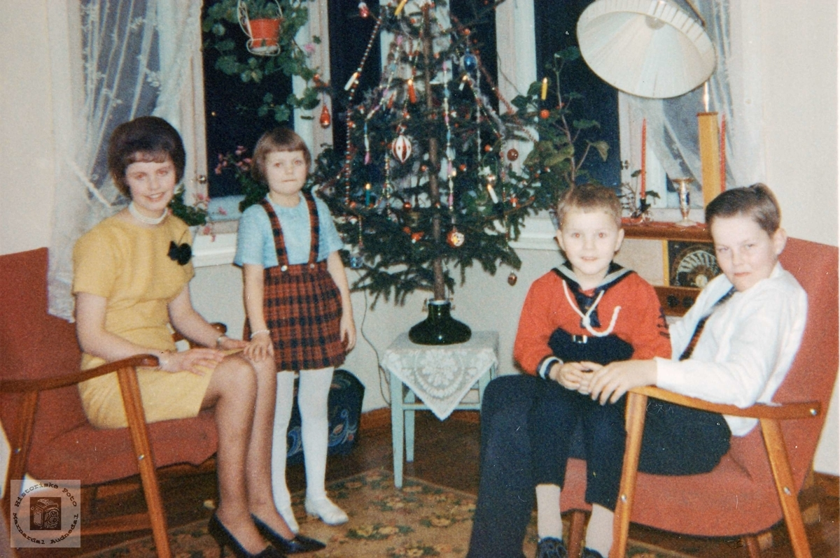 Søskenflokken framfor juletreet på Sveindal. Grindheim.
