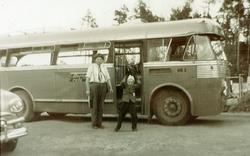 Bussen står klar for skoletur til Kjevik