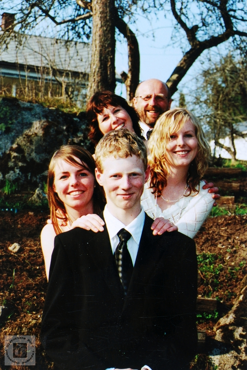 Konfirmant Kjetil Petersen med søstre og foreldre. Audnedal.