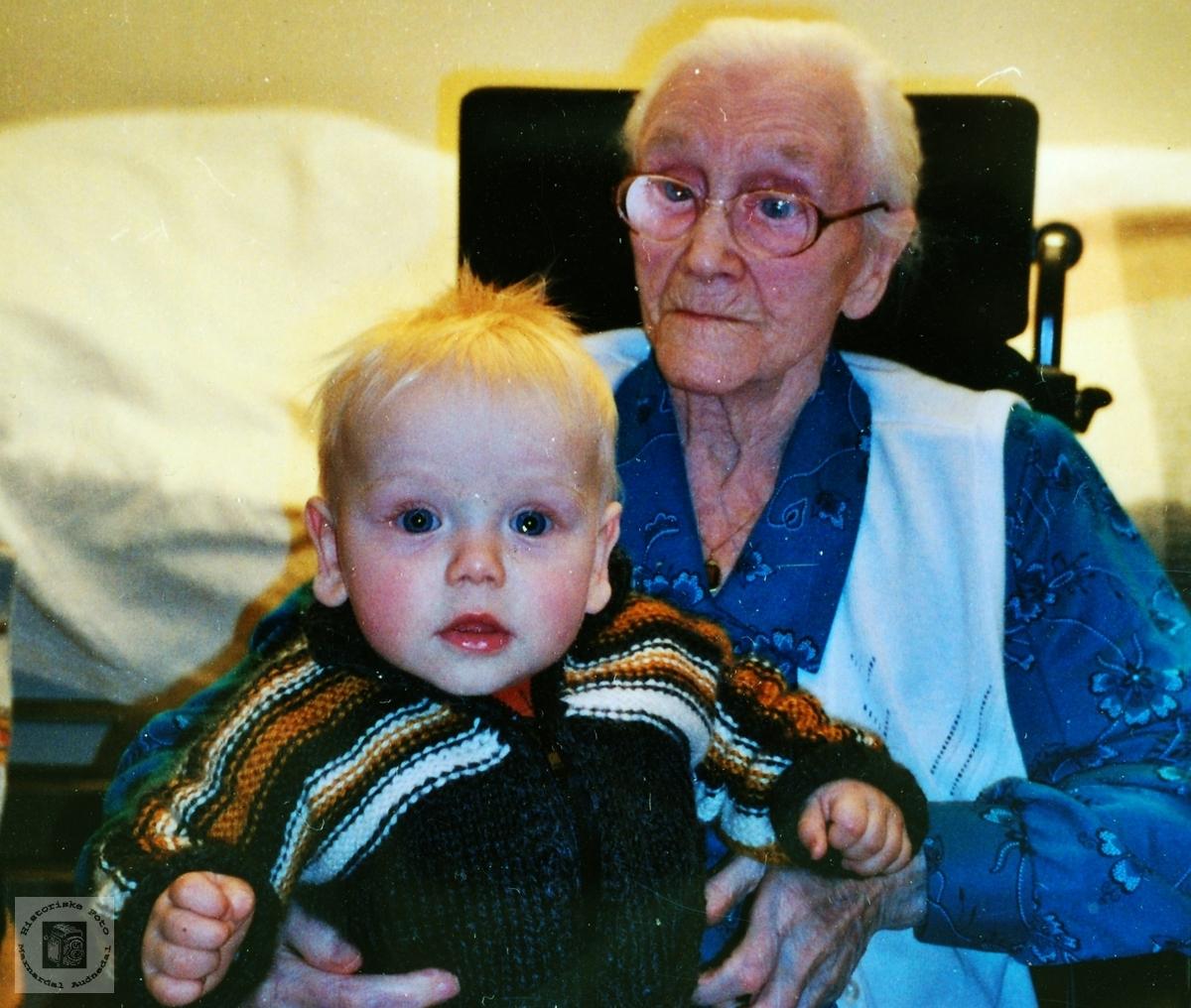Tippoldemor med tippoldebarn på 102 årsdagen.