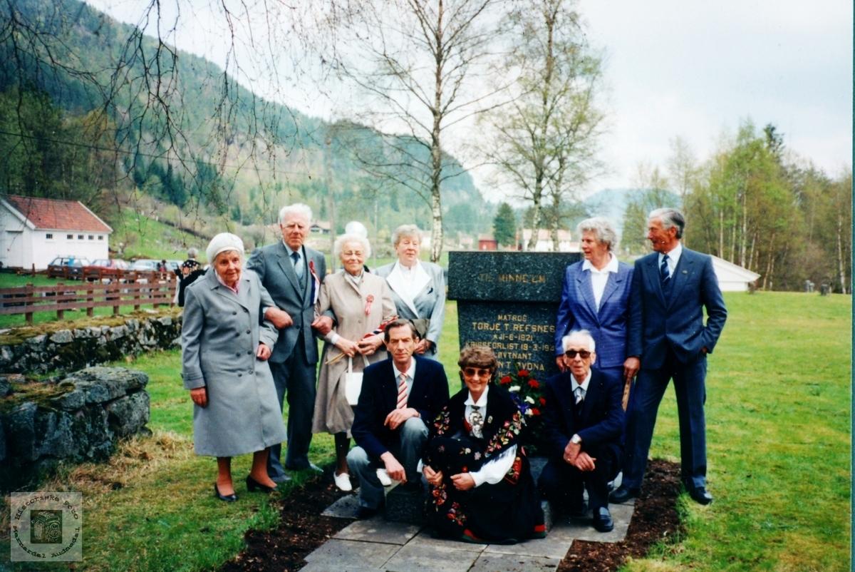 Slekt samlet ved minnestøtta på Grindheim kirkegård. Audnedal.