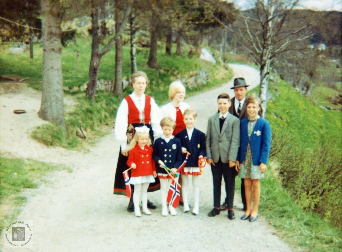 Hele familien Johansen pyntet til 17. mai. Audnedal.