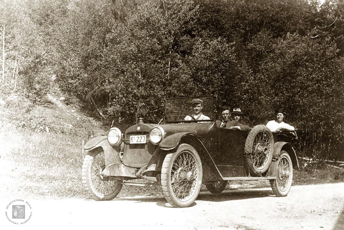 Ungdommer på biltur. K-227 er en Hupmobile, årsmodell 1915-ca. 1919. I Bilboken for Norge 1922 står dette registreringsnummeret på en 40 hk Hupmomobile rutebil tilh. A/S Mandal og Opland Automobilselskap.