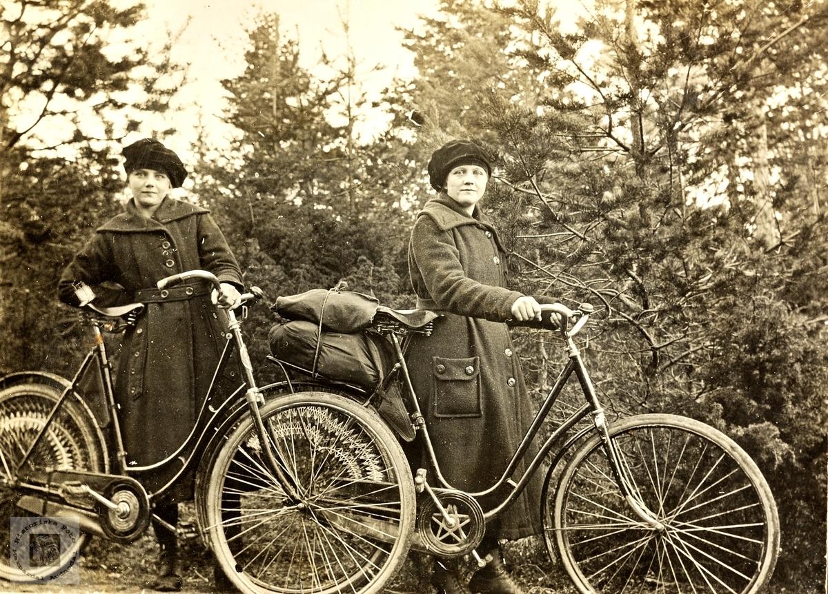 Stolte søstre med nye sykler. Grindheim.