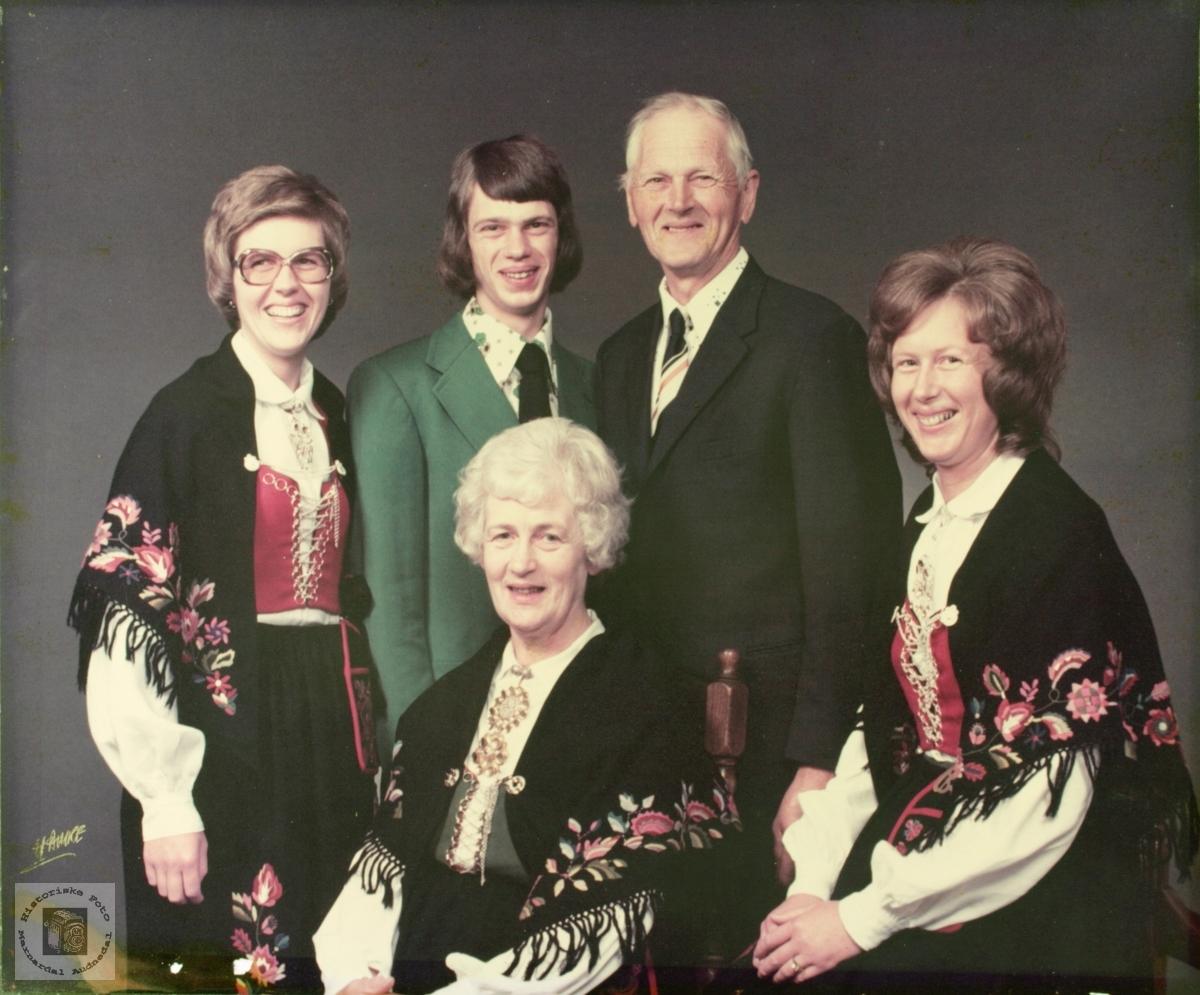 Familiebilde av familien Fidjeland. Audnedal.