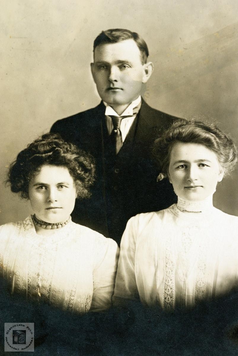 Familieportret med far og to døtre i USA. Grindheim.