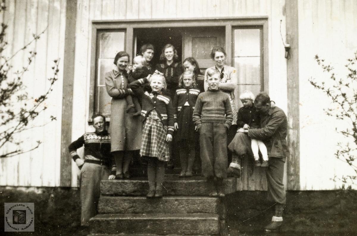 Familiesamling på framtrappa på Ubostad. Grindheim.