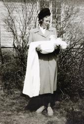 Ung mor, Kristi Åsland med barnedåpsbarn. Gringheim Finsland