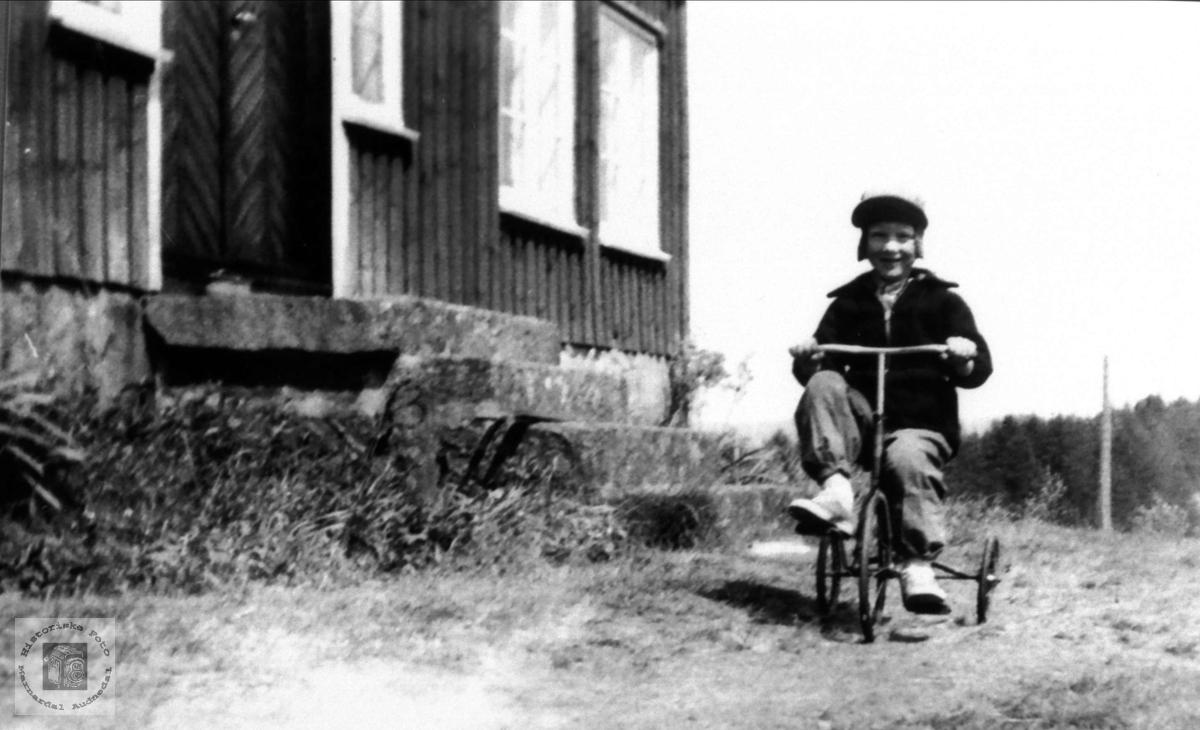 John Hjemlestad på 3 hjulsykkel.