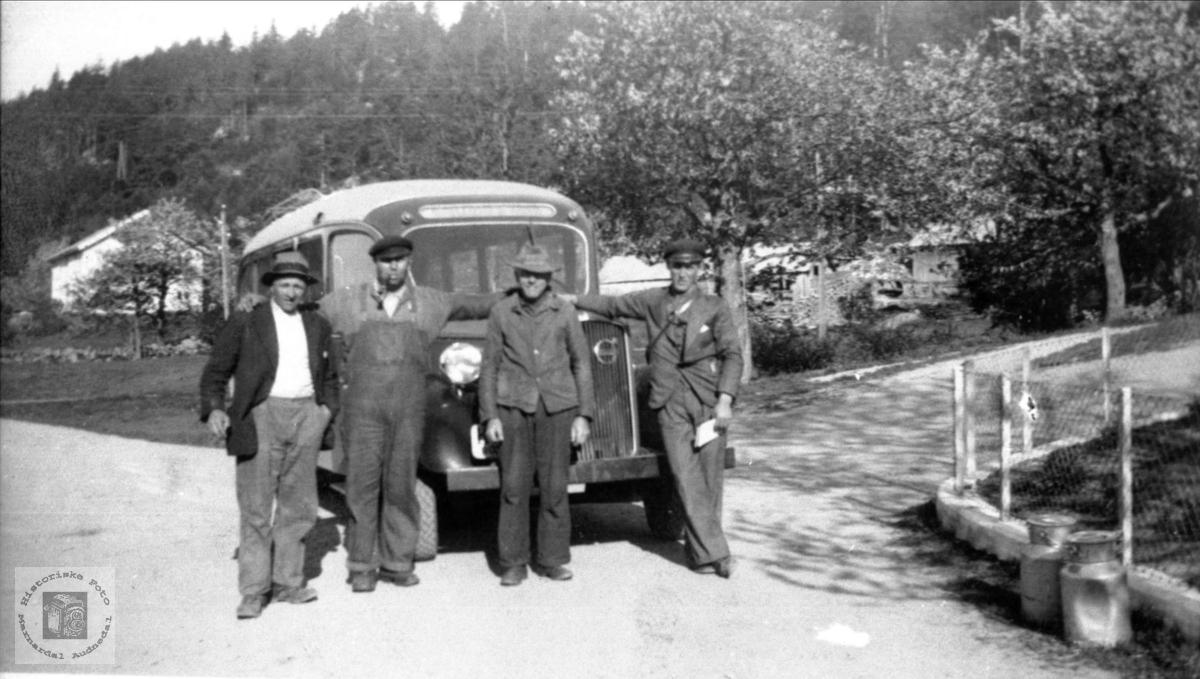 """Ved """"bussholdeplassen"""" på Ågedal, Bjelland."""
