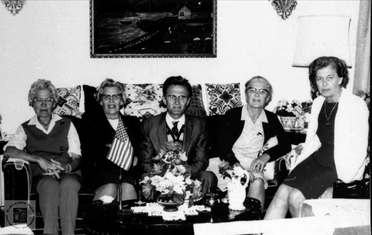 Amerikabesøk.Norun Vala, Olav Nilsen og Borghild Bakken på besøk hos familiene Bjørgsvik og Vestrheim.