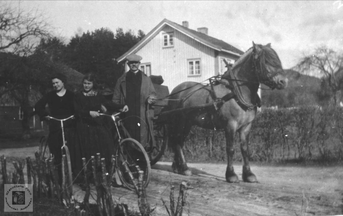 Tidsbilde fra ca 1920 (sykkeltur) muligens i Øyslebøområdet et sted.