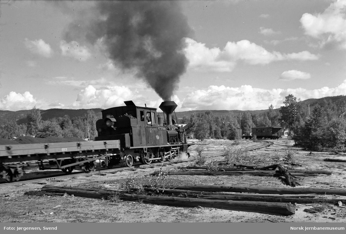 Damplokomotiv nr. 5 i nordgående godstog 5661 skifter på Raffineringsverkets sidespor på Evje