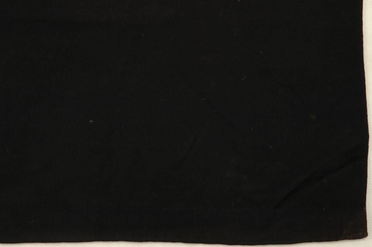 Enkelt, svart ullsjal, faldet på alle sidene.