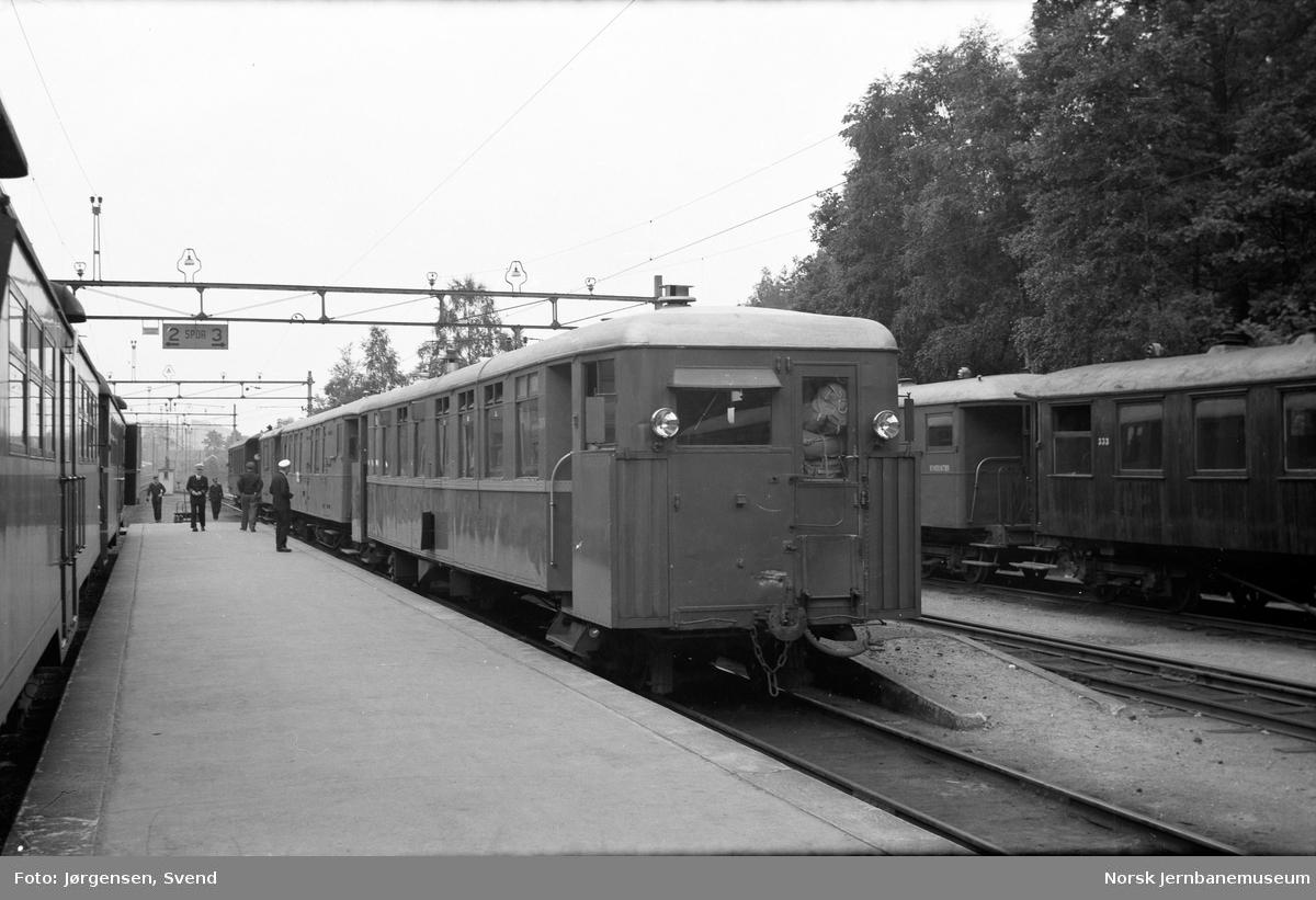 Motorvogntog til Byglandsfjord på Grovane stasjon, med toget fra Kristiansand til venstre