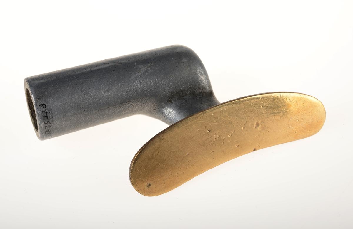 Lite strykejern med uisolert håndtak. Buet fram og bak. Strykeplaten i messing er skrudd fast til håndtaket.