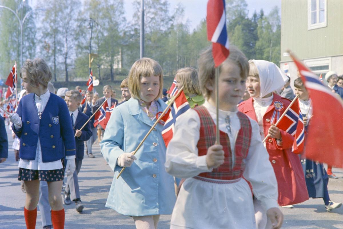 17. Mai. Brumunddal. 1970. Barnetoget, skoletoget,