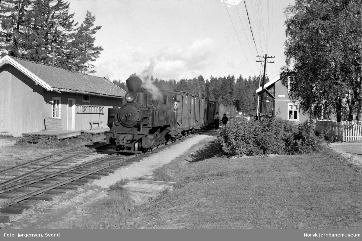 "Damplokomotiv nr. 4 ""Setskogen"" med tog i retning Skulerud på Aurskog stasjon, hvor skifting pågår"
