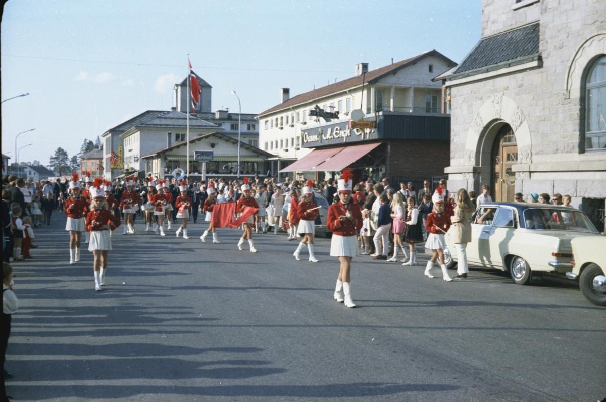 17. mai, Elverum. 1970. Drilljenter i Storgata.