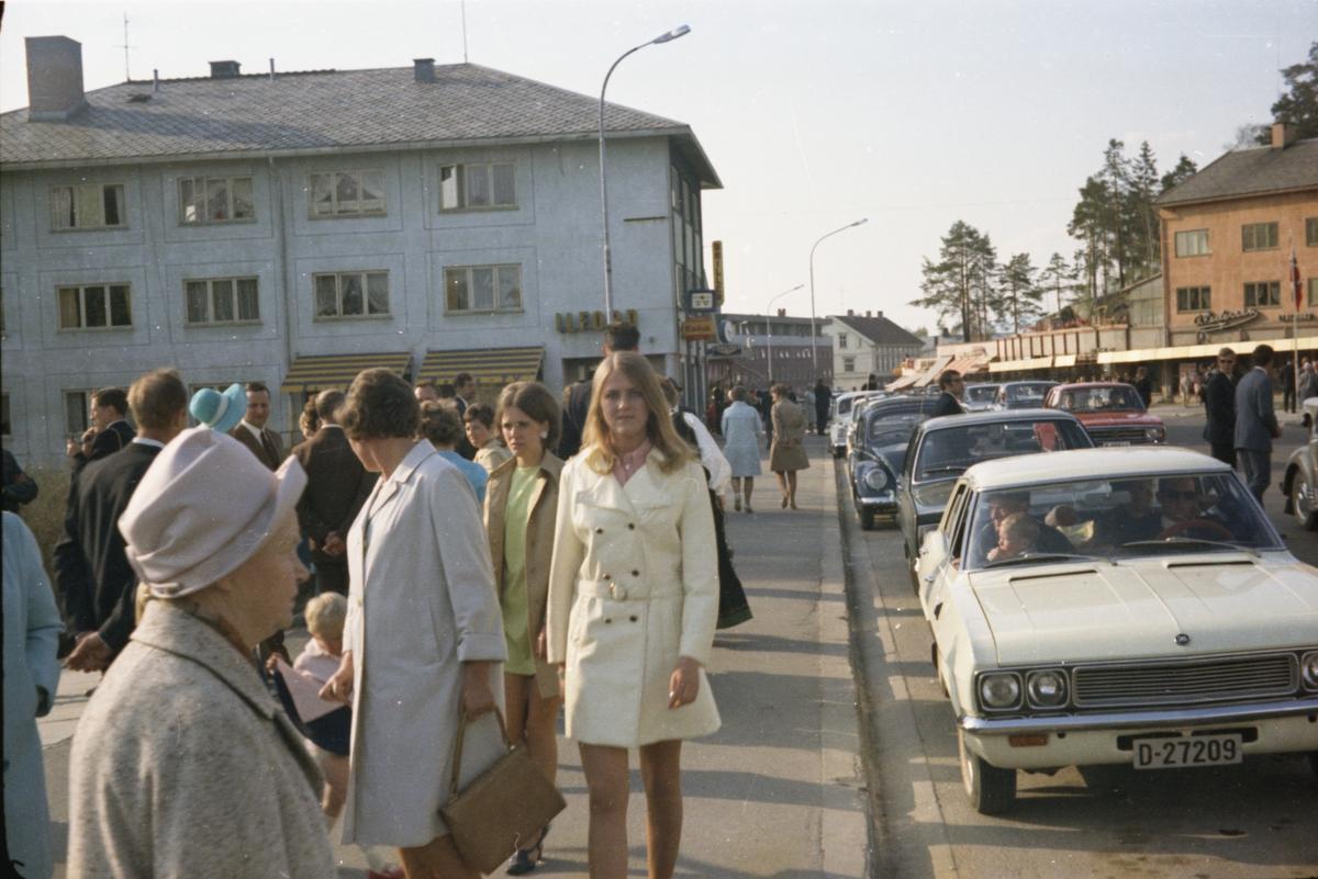 17. mai, Elverum. 1970. Mennesker på fortauet ved Elvearheimsparken.