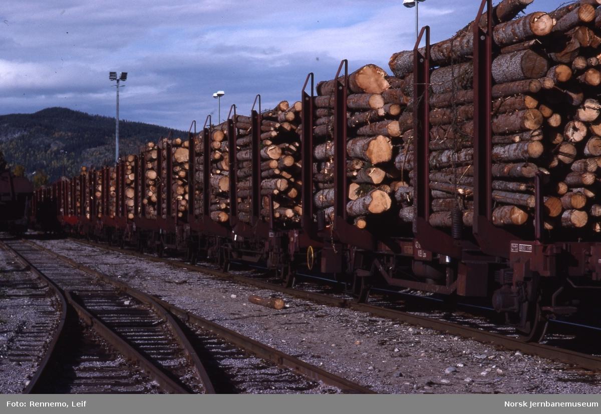 Godsvogner opplastet med tømmer