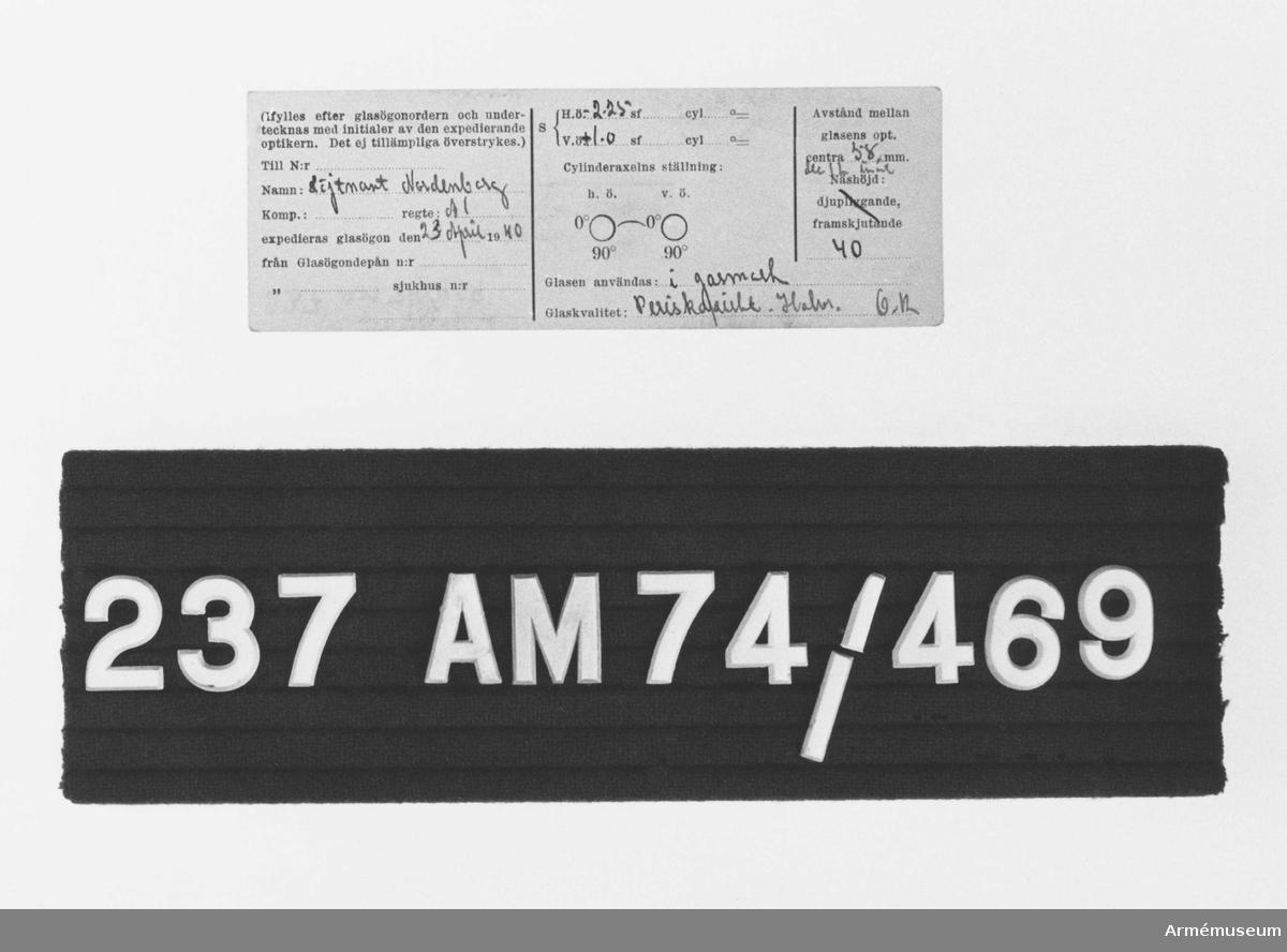 Samhörande nr är 209-238 (220-238). Optisk beskrivning m/1939. Ett optiskt glasögonformulär avsett att ifyllas av optiker och undertecknas med initialer. Utställt för löjtnant Nordenborg A 1 23 april 1940. H.Ö. 2,25sf  V.Ö. +1-0 sf . Avstånd mellan glasens optiska centra 58 mm dec 1L innåt  40. Glasen användas i gasmask. Glaskvalitet: Perisk...  Halvr. O.K.