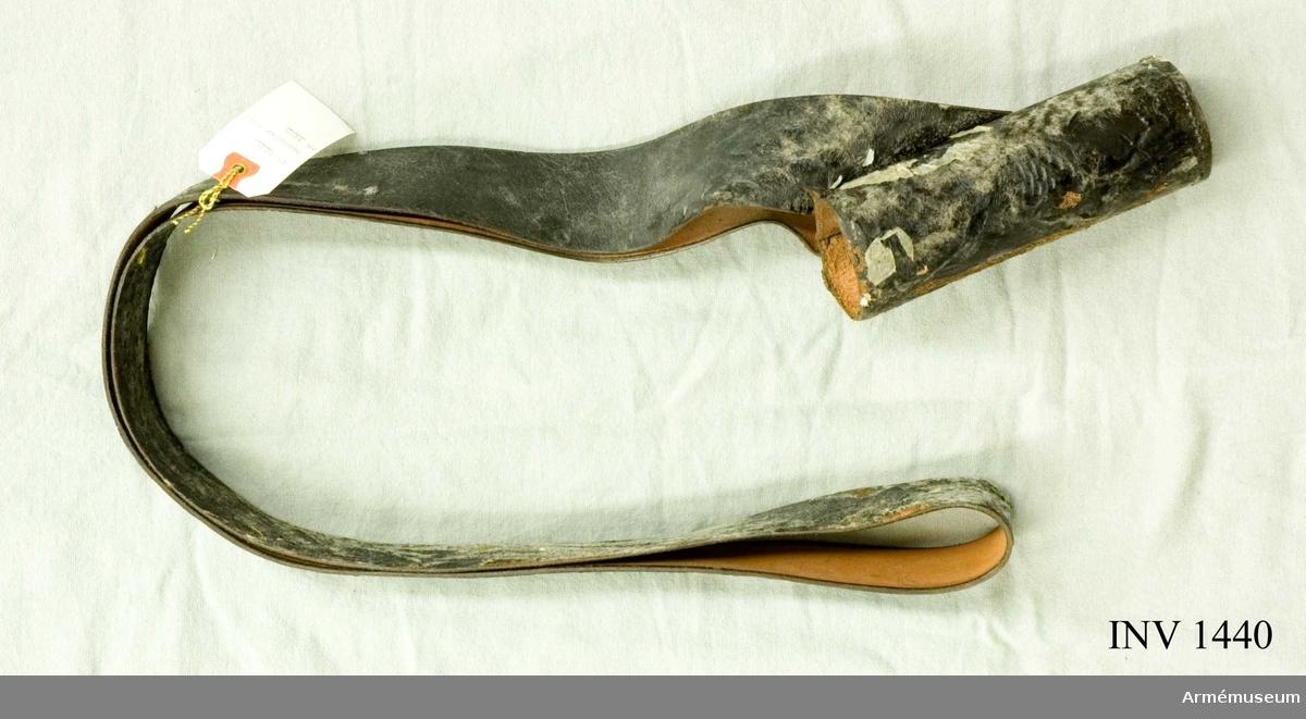 Bandolär till AM.001405. Gjord av läder med en lackad yta som gärna vill klibba.