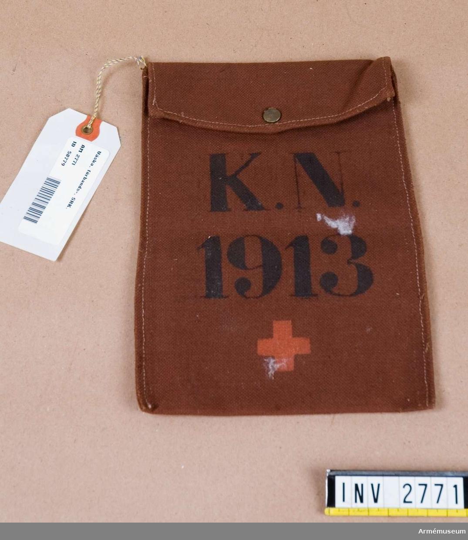 Förbandsväska (K.N. 1913). Har tillhört K Nordendahl, sjuksköterska i Svenska Röda Korsets Greklandsambulans 1913 och sedemera den första sjuksköterskeinspektrisen i dåvarande medicinalstyrelsen.