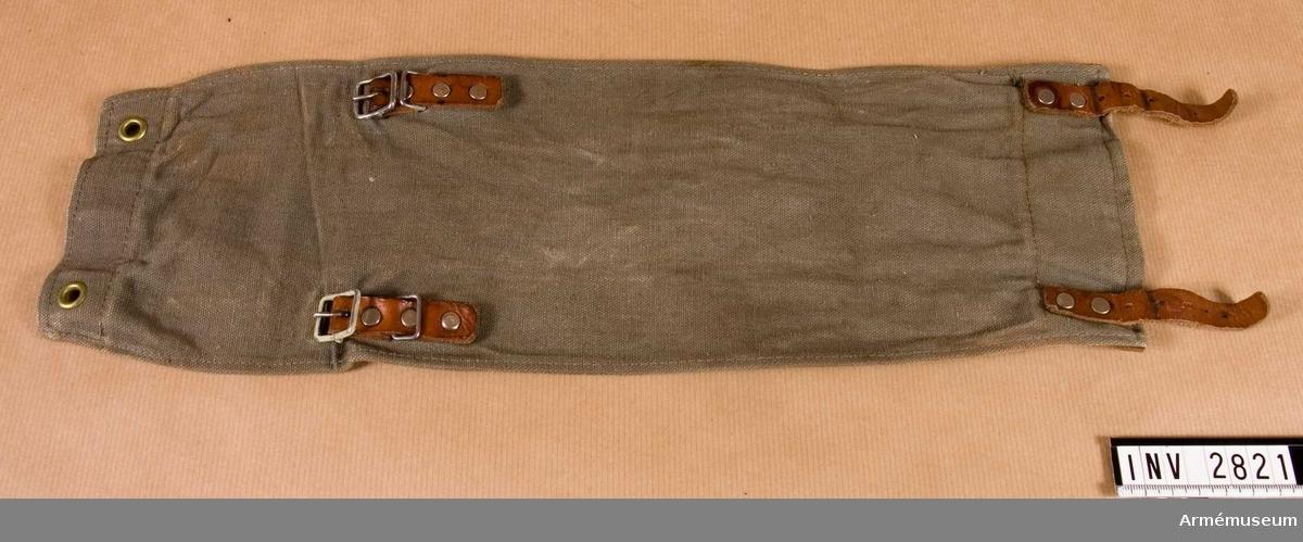 Gråbrungrön smärting. Stroppar och söljstycken av läder jämte söljor, anbragta på underlag av skinn. Varje damask förses med två öljettet för fästande kring nedre delen av byxbenet och övre delen av marsch-skid-skon. Källa: Uniformsbestämmelser för armén, 1946 års upplaga s 5.  Samhörande nr är 2818-2829 (2821-2822).