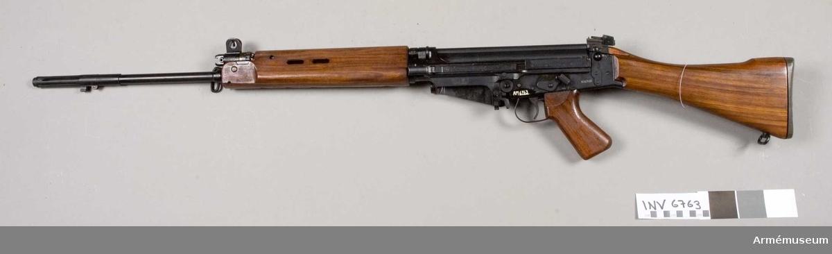 Pipans längd med flamdämpare 620 mm. Fm/1961 FN. Märkt Rifle. 7.62 MM L.I.A.I. UB 61 A132923 960-2302 B 61 960-0071 N <uppåtriktad pil> B 1961 2. Tillverkningsnr A 132923. Tillverkad i England. Mekanisk eldhastighet ca 700 skott i minuten.