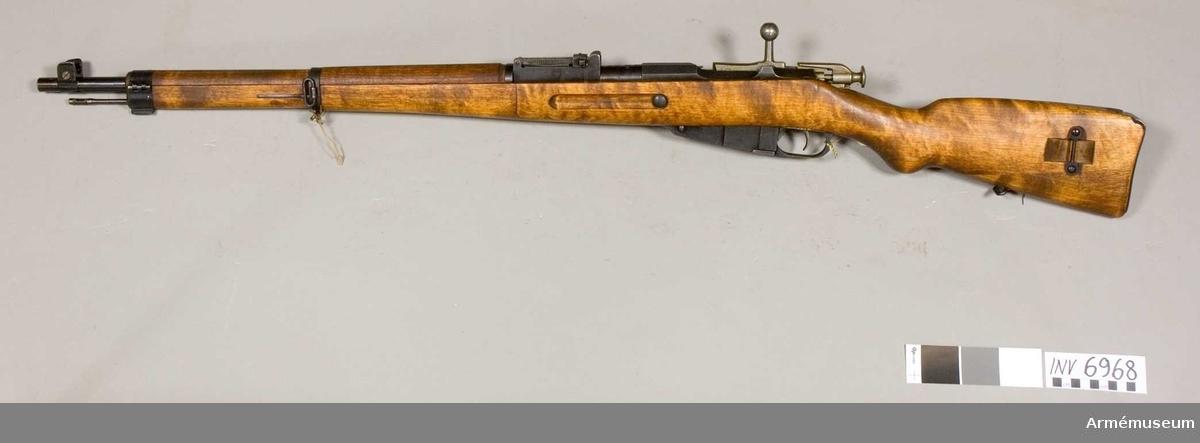 Gevär m/1939, system Mosin-Nagant, Finland. Kaliber 7.62 mm. Tillverkningsnr 242732 (67209). Mekanismen tillverkad i Ishevsk, Ryssland. Pipan märkt med SA stämpel (Suomen Armeija) S (Sako) 1944. Tillverkad av (Sako) Suojeluskuntain Ase- ja Konepaja Finland år 1944.