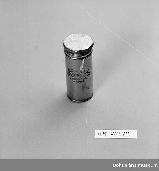 """594 Landskap BOHUSLÄN  Cylinderformad. Stansad text:""""HANDY GRIP SHAVING STICK 1. A/B IPANA SWEDEN"""". Åttakantigt skruvlock.  Ang. Förvärv, se UM024570."""