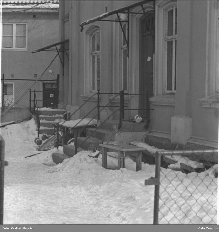 gårdsinteriør, trapp, snø