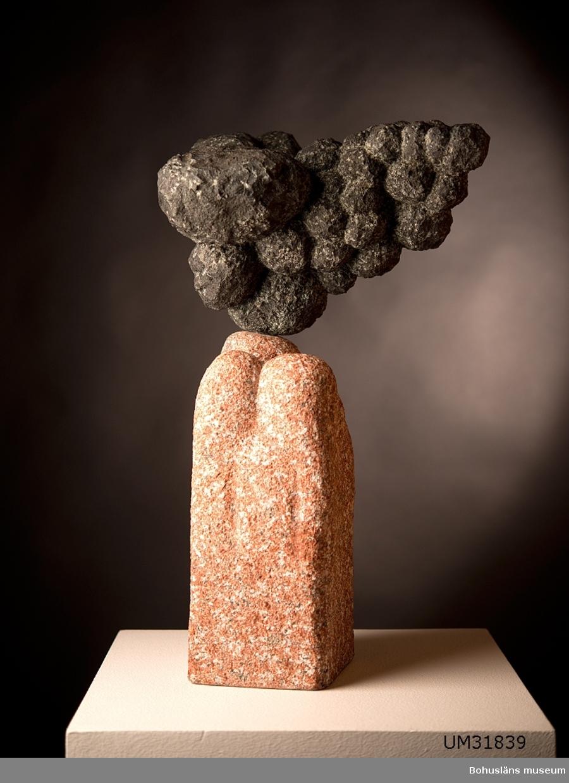 Mångformig skulptur i två sorters sten.