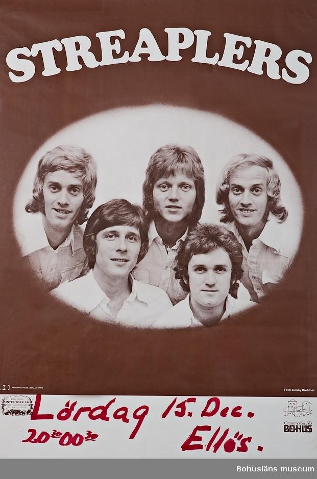 Affisch i tvåfärgstryck, överst med texten STREAPLES Fotofgrafi av de fem bandmedlemmarna. Under textat med tuschpenna: Lördag 15 Dec. 20.30 - 00.30  Ellös Logotyp: Grammofon AB Bohus