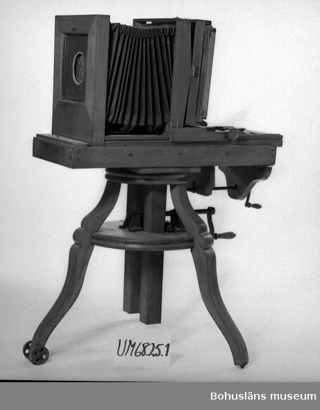 """Fotograf Thure Nihlén var född i Landskrona den 11 december 1877. Efter  läroverksstudier började han sin fotografutbildning, som även innefattade yrkespraktik i Tyskland och England.  Vid 29 års ålder köpte han sin ateljé i Uddevalla på Södra Drottninggatan 13. Året var 1906. Säljare var fotograf A. Hansson, som därefter flyttade till Göteborg.  Thure Nihlén verkade som fotograf i Uddevalla under lång tid, hela 43 år, fram till 1949 då han av åldersskäl slutade. Otaliga är de bilder som Nihlén tagit och vad det gäller gatu- och miljöbilder från Uddevalla finns negativen sparade hos Bohusläns museum i Uddevalla.  Det var Gösta Biselius som år 1968 skänkte såväl dessa glasplåtar som kameror m.m. till museet. Även socknarna runt om Uddevalla fick besök av Nihlén vid skolavslutningar, konfirmationer och liknande händelser. Hans transportmedel vid dessa färder var en stor, brungul motorcykel med sidvagn av märket Harley Davidson.  Thure Nihlén avled den 4 juni 1958 och är begravd på Ramneröds kyrkogård i Uddevalla.  Källa: """"Uddevalla förr - en bildbok sid. 181"""" av Hugo Olsson.  Fotografier i Bohusläns museums samlingar, se UMFA54467:0001 - 0911.  Ur punktnummerkatalogen 1958-1976: Biselius Isolerings AB U:a Thure Nihléns utrustn."""