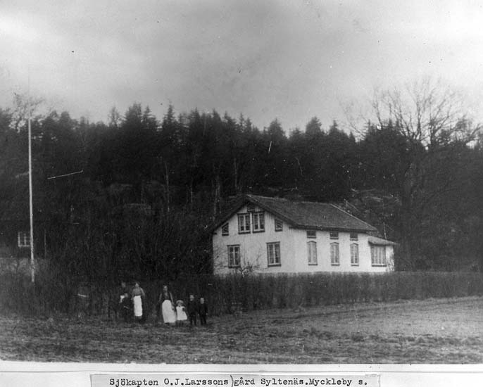 """Text på kortet: """"Sjökapten O. J. Larssons gård Syltenäs, Myckleby s.""""."""