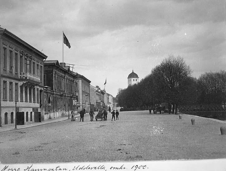 """Text på kortet: """"Norra Hamngatan, Uddevalla, omkr. 1900""""."""