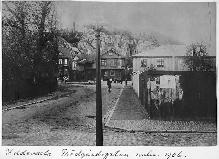 """Text på kortet: """"Uddevalla. Trädgårdsgatan omkr. 1906"""".    ::"""
